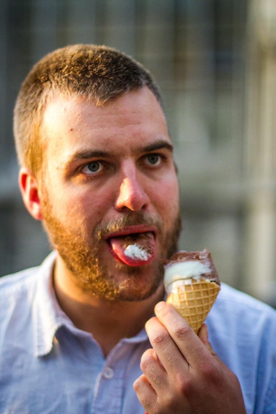 Thomas likt aan een ijsje en bemerkt dat alles klopt